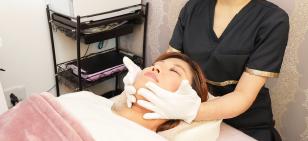 顔の施術中の写真
